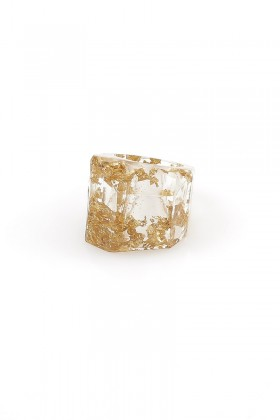 Ring with gold flakes
